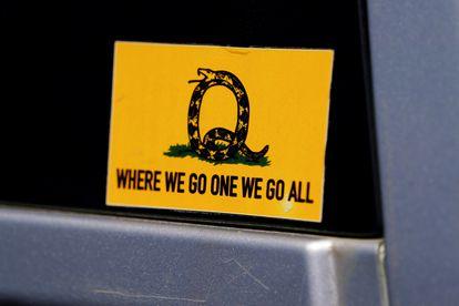 Adesivo que faz referência ao slogan do QAnon em um trailer de Adairsville, na Geórgia.