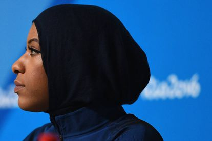 Ibtihaj Muhammad durante entrevista coletiva no Rio de Janeiro.