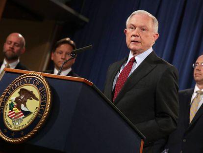 O procurador-geral Jeff Sessions dá uma coletiva de imprensa expondo as ações internacionais realizadas contra o cibercrime em Washington.