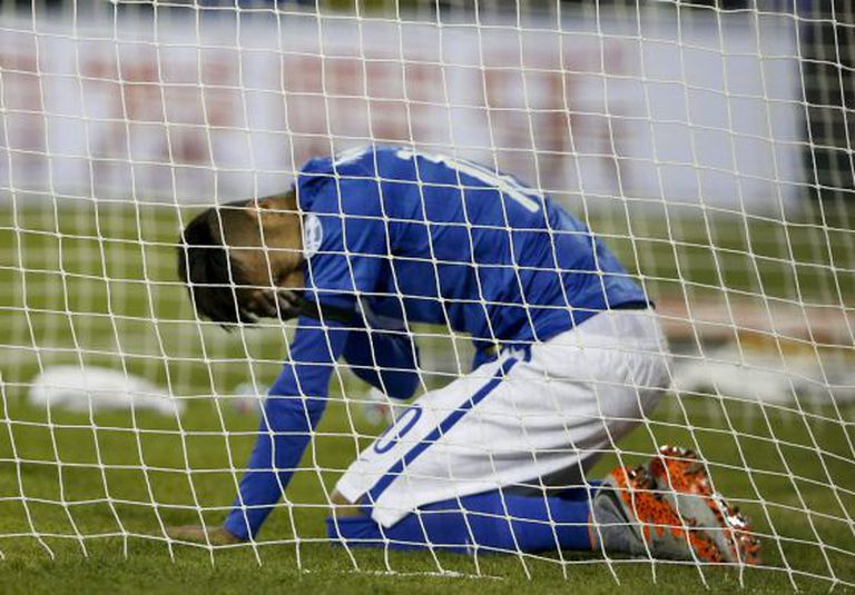Neymar lamenta após o gol colombiano.