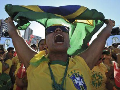 Brasileiros comemoram a vitória do Brasil sobre o Chile.
