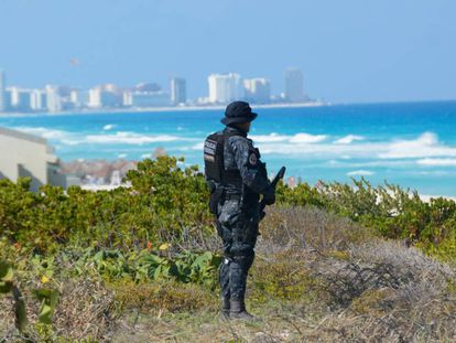 Um policial vigia os arredores da zona hoteleira de Cancun.