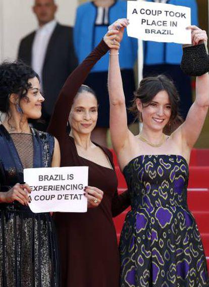 Protesto da equipe de 'Aquarius' em Cannes: 'Brasil vive um golpe de Estado'.