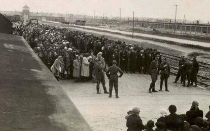 Membros da SS escolhem os judeus destinados a morrer imediatamente nas câmaras de gás na plataforma de Auschwitz.