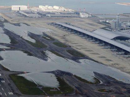 Fotografia aérea de uma área inundada no aeroporto internacional de Kansai nesta quarta-feira
