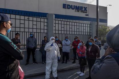 A advogada Susana Prieto assessora as trabalhadoras de uma fábrica.