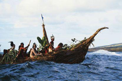 Habitantes da ilha chilena de Páscoa durante uma competição de canoas