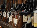Unos rifles en una tienda de armas en Manassas, en Virginia.