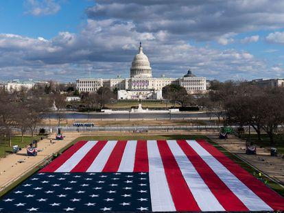 Uma enorme bandeira ocupará o lugar do público na posse de Biden como presidente dos EUA.
