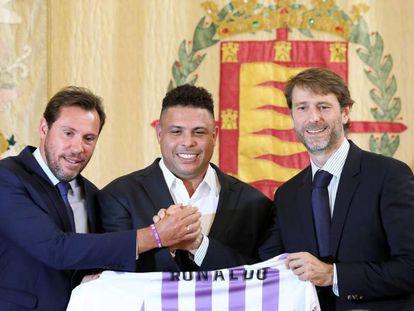 Óscar Puente, prefeito de Valladolid; Ronaldo e Carlos Suárez, no dia em que apresentaram a entrada do brasileiro no Valladolid.