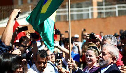 Lula é recebido por apoiadores ao chegar à sede da Justiça Federal em Curitiba. Também houve protestos.