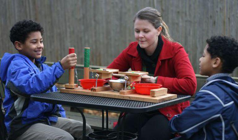 A pesquisadora Katherine McAuliffe observa duas criança em um experimento para medir a aversão à injustiça.