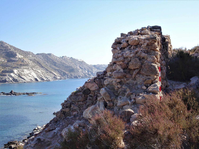 Restos do muro que rodeia a ilha do Frade, em Murcia.