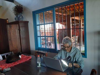 O jornalista Juan Arias, colunista do EL PAÍS, em sua casa no litoral fluminense.