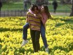 Una pareja en un parque de Londres, este 24 de febrero.