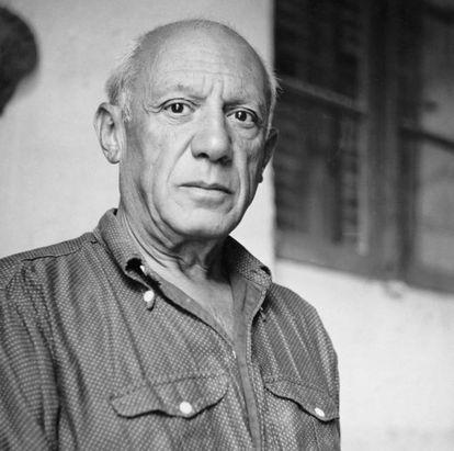 A teoria de Picasso sobre o processo criativo pode se aplicar a qualquer âmbito. As boas ideias não servem de nada se não estivermos dispostos a realizá-las; a genialidade precisa ser de algum modo invocada por meio do trabalho. A frase é especialmente significativa por seu autor: às vezes identificamos um gênio da arte mais como um excêntrico que espera languidamente a chegada das musas do que como um batalhador. Na imagem, Picasso em 1951.