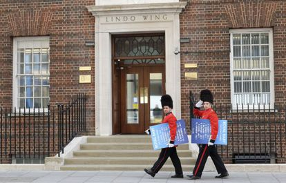 A porta da maternidade do St. Mary's onde também nasceu o príncipe George.