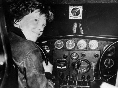 Fotografia cedida pelo Arquivo Nacional dos EUA mostra a piloto norte-americana Amelia Earhart antes de sua última decolagem, em 2 de julho de 1937, em Lae (Nova Guiné).