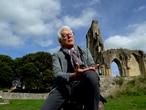 Ken Follett en un video promocional de 'Las tinieblas y el alba'.