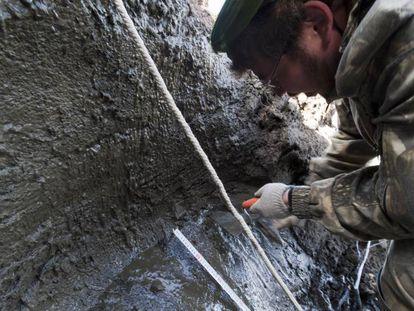 Um pesquisador russo toma uma amostra junto ao rio Kolimá, na Sibéria
