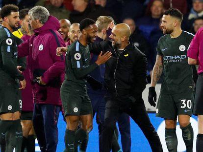 Guardiola comemora com seus jogadores a vitória no estádio do Huddersfield.