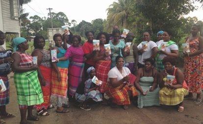Un grupo de mujeres del pueblo de Kapisekele (Surinam) mostrando orgullosas sus productos empaquetados, elaborados a base de yuca.