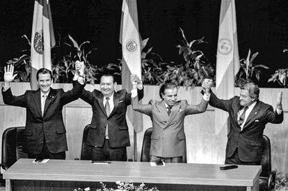 Os presidentes Collor, Rodríguez, Menem e Lacalle na assinatura do Tratado de Assunção.