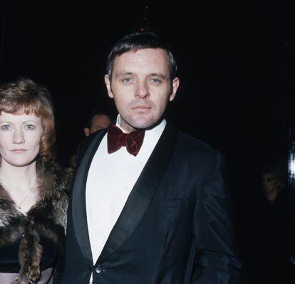 O ator Anthony Hopkins comparece à entrega dos prêmios SF&TV (posteriormente chamados BAFTA) no Royal Albert Hall, em Londres. O ano era 1973.