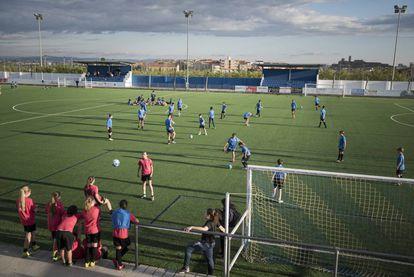 Instalações do AEM Lleida, com meninas e meninos da categoria infantil treinando