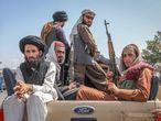 -FOTODELDIA- EA1549. KABUL, 16/08/2021.- Talibanes viajan en un vehículo por las calles de Kabul en Afganistán, este lunes. Abdul Ghani Baradar, uno de los líderes talibanes, ha declarado este lunes la victoria de los talibanes en una guerra de más de 20 años, un día después de que los talibanes se abrieran paso hasta Kabul para tomar el control del país. EFE/ Stringer