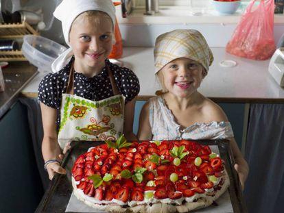 Duas meninas cozinhando.