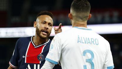 Neymar discute com Álvaro González. O brasileiro disse que foi alvo de insultos racistas por parte do espanhol