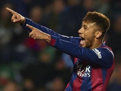 Neymar comemora um dos seus gols na vitória do Barcelona contra o Elche.