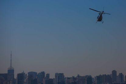 Helicóptero sobrevoa a cidade de São Paulo.