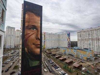 Ilustração de Yuri Gagarin criada pelo artista italiano IJorit Agoch em Odintsovo, Moscou.