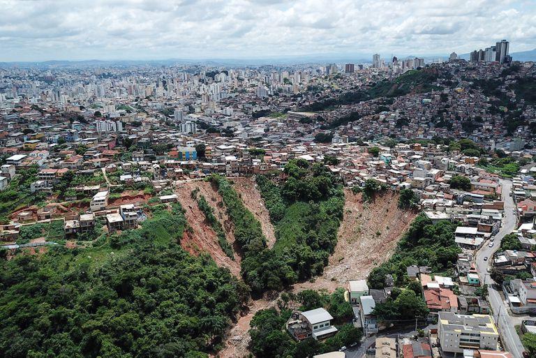 Imagem aérea de um deslizamento de terra na região oeste de Belo Horizonte.