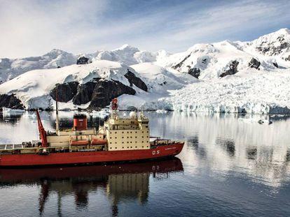 O quebra-gelo argentino Almirante Irízar durante a campanha Antártica de 2018/2019.