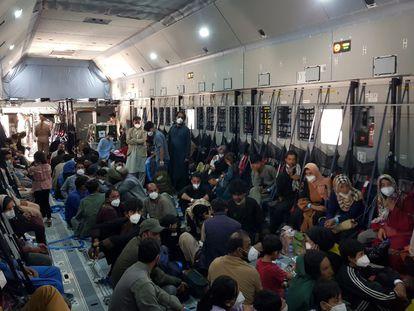 Aviões militares espanhóis lotam para retirar o maior número de colaboradores afegãos no menor tempo possível dentro da operação Dubai-Cabul-Dubai.