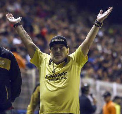 Diego Maradona comemora um gol de seu time, o Dorados, em Culiacán.