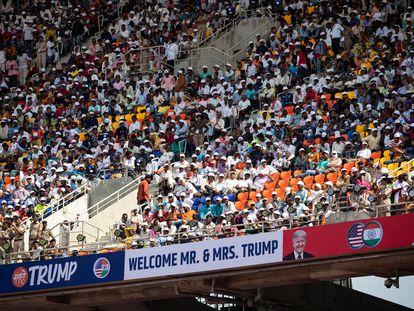 A plateia assisrte ao discurso de Trump no estádio em Ahmedabad.
