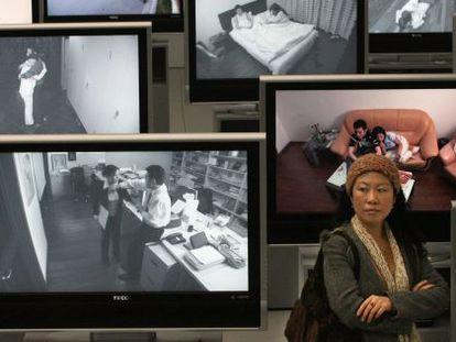 Uma mulher chinesa em uma exposição de violência machista em Xangai.
