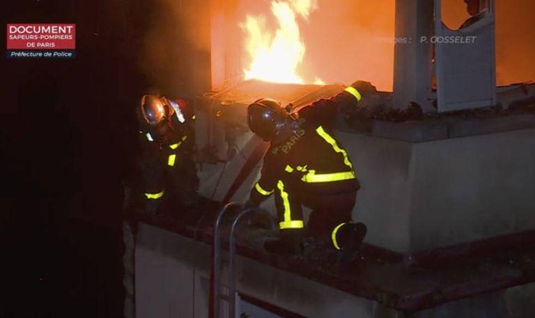 Bombeiros trabalham na extinção do incêndio na terça-feira.