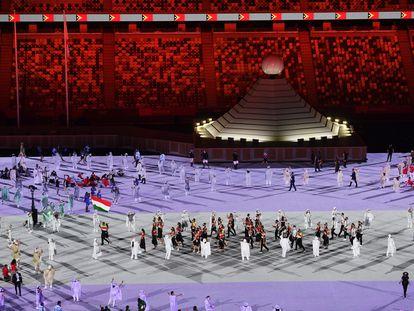 Atletas desfilam pelo estádio olímpico de Tóquio na abertura da Olimpíada, nesta sexta.