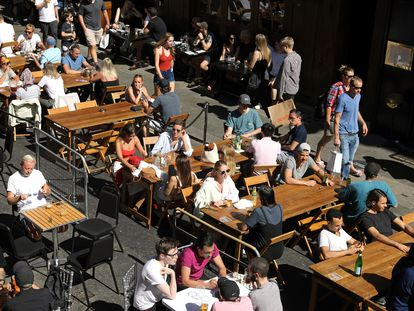 Em Londres, onde bares foram reabertos, fim de semana de sol encheu as ruas de Shoro, no último sábado, apesar do crescimento de casos
