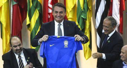 Presidente Bolsonaro recebe presente de Walter Feldman em cerimônia de homenagem à CBF.