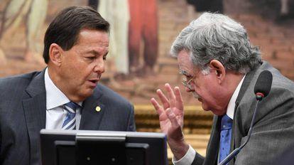 O deputado Sergio Zveiter e o advogado de Temer, Mariz de Oliveira, na CCJ.