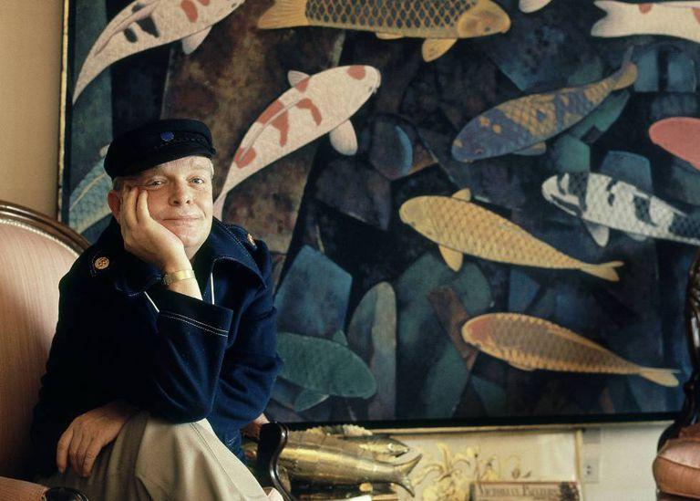 O escritor Truman Capote em 1976 em um recanto na sua casa de Palm Springs, Califórnia, demostrando que é possível viajar até mesmo sem sair de casa.