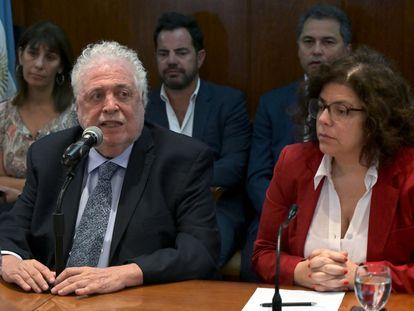 O ministro da Saúde da Argentina, Ginés González García, com a secretária da mesma pasta, Carla Vizzotti, na sexta-feira, durante entrevista coletiva em Buenos Aires.