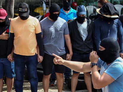 Supostos policiais militares se reúnem no 18º Batalhão de Polícia em Fortaleza, Ceará.