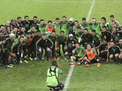 México posa para a imprensa depois de um treino.